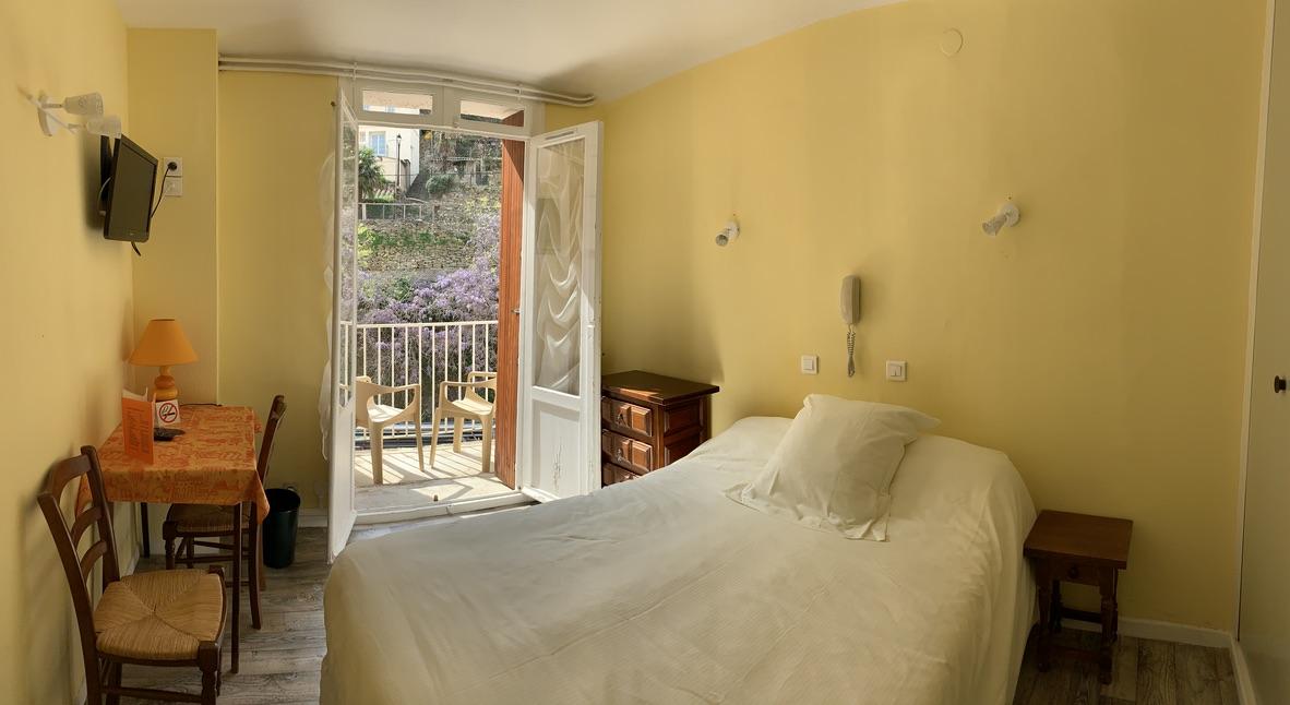 Chambre pour deux personnes avec grand lit