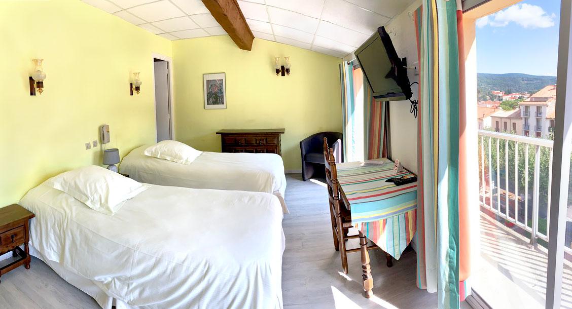 Chambre de deux lits avec baignoire