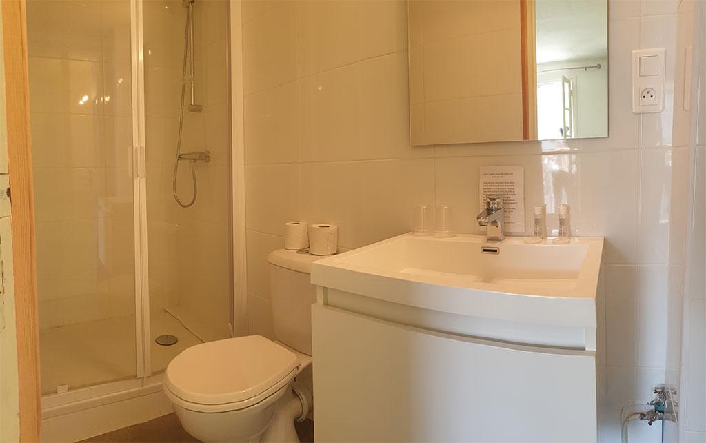 Salle d'eau de chambre avec deux lits