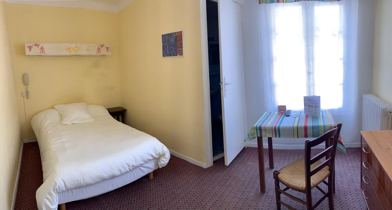 Chambre avec grand lit et douche pour une personne