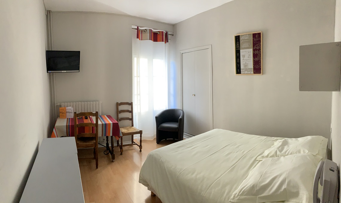 Chambre avec grand lit et douche pour deux personnes