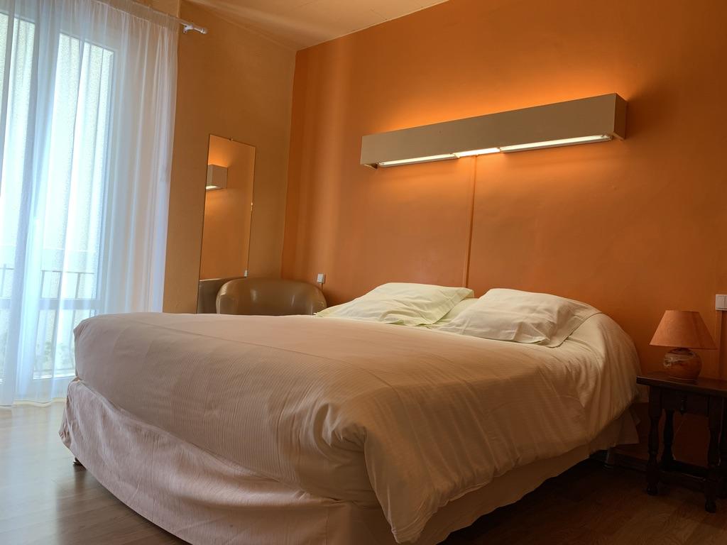 Chambre avec grand lit et douche
